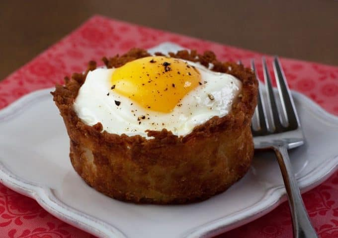 baked eggs in a crunchy potato crust